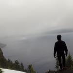 Les eaux sombres de Crater Lake, nichées au cœur d'un ancien volcan