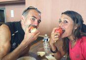 Sissi et Manu croque la même pomme !