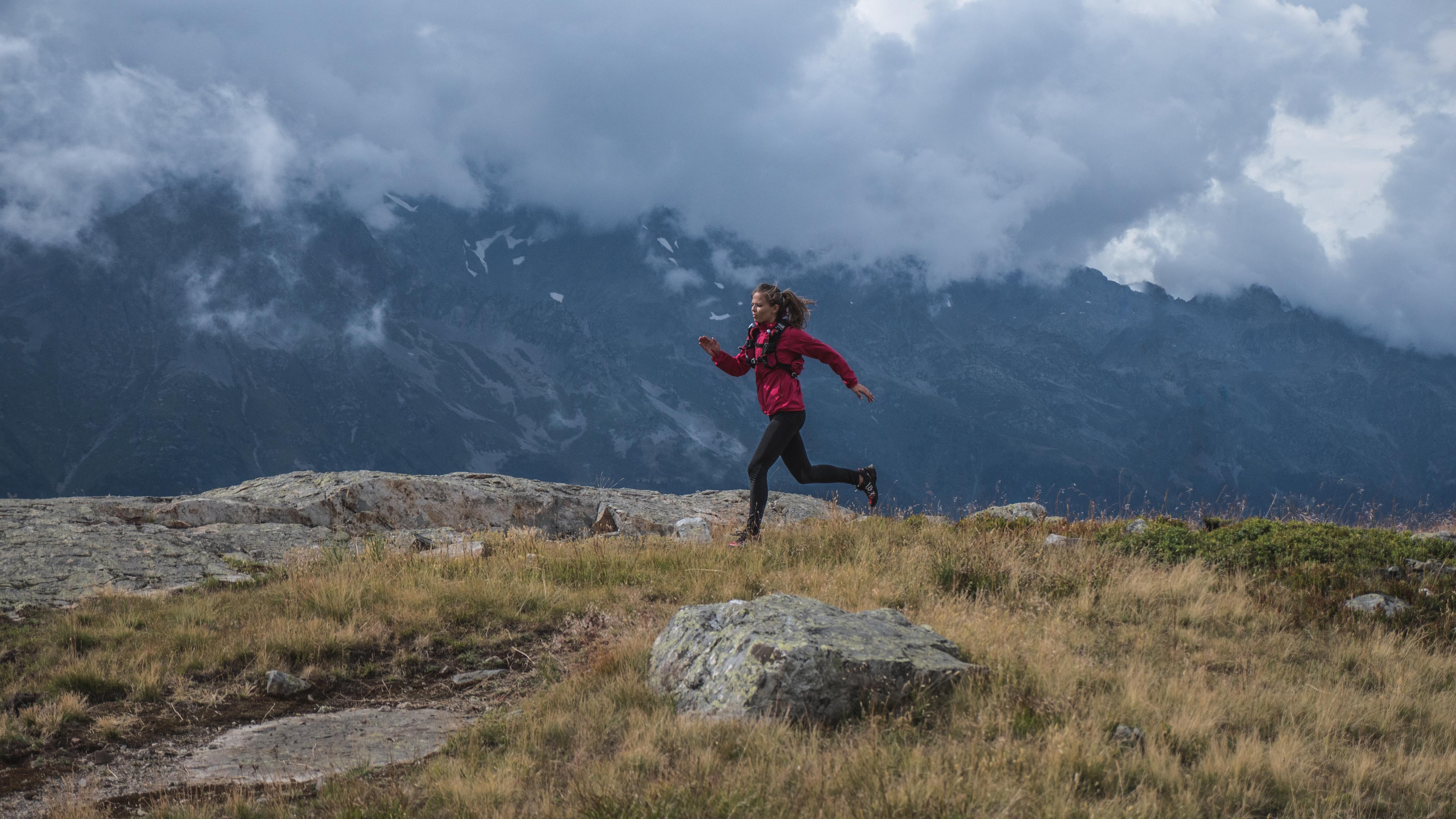 6f4aab90ed91b ... de s équiper d une bonne veste protectrice pour aller courir en  montagne et affronter les sentiers en sécurité ! La veste Top Extrême de  Raidlight est ...